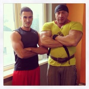 Справа чемпион Украины по бодибилдингу Павел Черноус