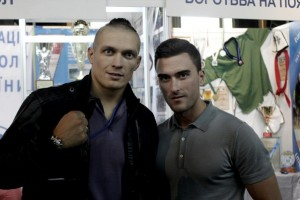 Слева Александр Александрович Усик - украинский боксер, олимпийский чемпион 2012 года
