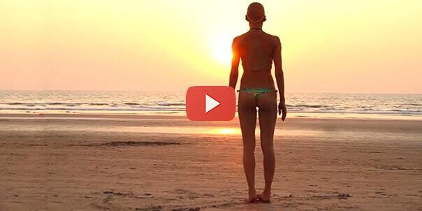 Девушка на пляже не подозревала что ее снимают
