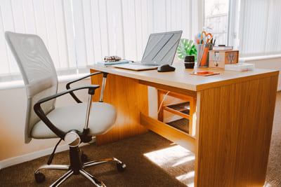 Удобные стол и стул на рабочем месте