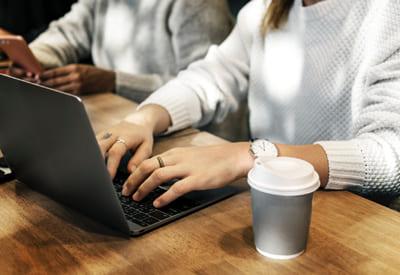Работа в свитере за ноутбуком